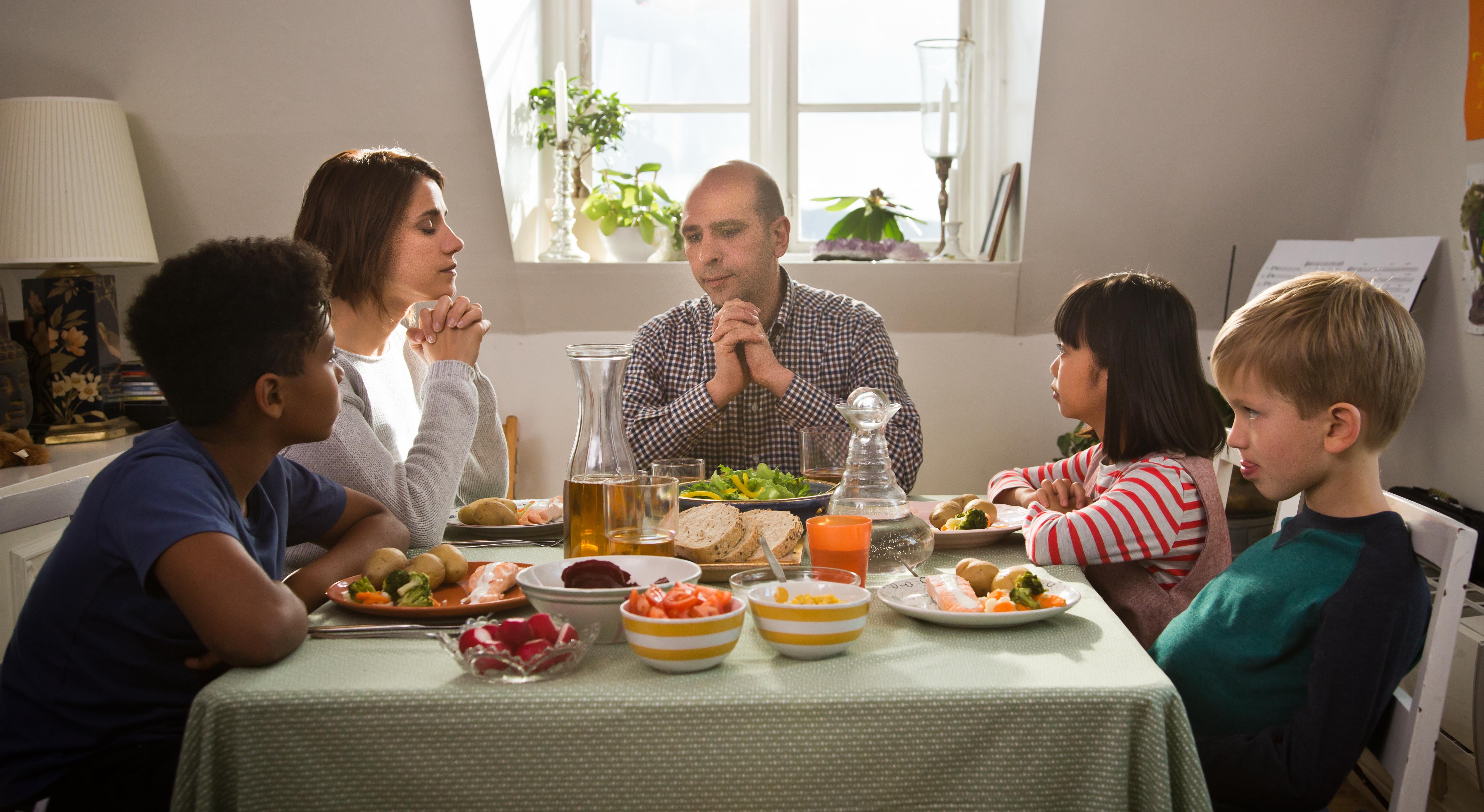Zalone famiglia tavola @MaurizioRaspante