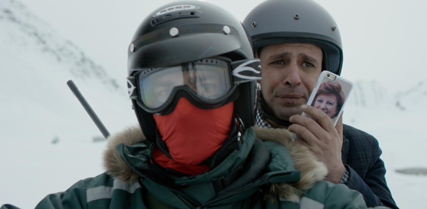 Zalone in motoslitta con telefono@MaurizioRaspante