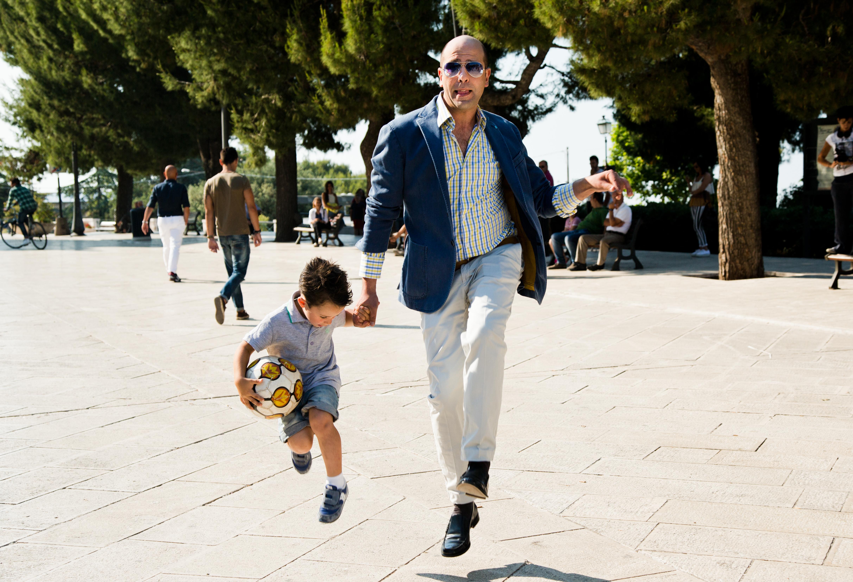 Zalone salta con bambino e palla da calcio @MaurizioRaspante