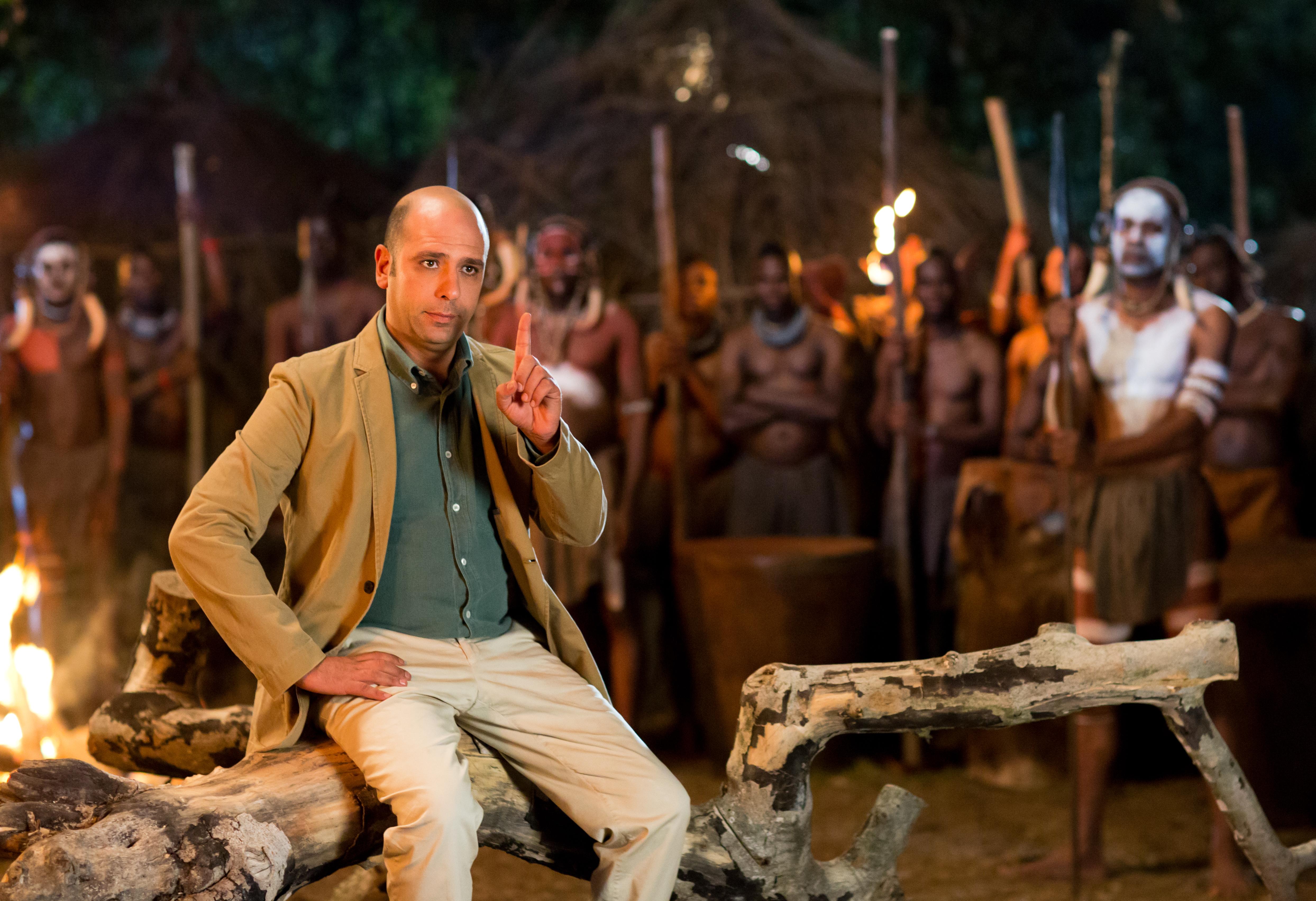 Zalone seduto sul ramo con tribu Zulu in Africa @MaurizioRaspante